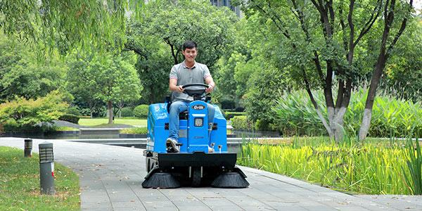 南京嘉得力浅谈驾驶式扫地机的工作原理